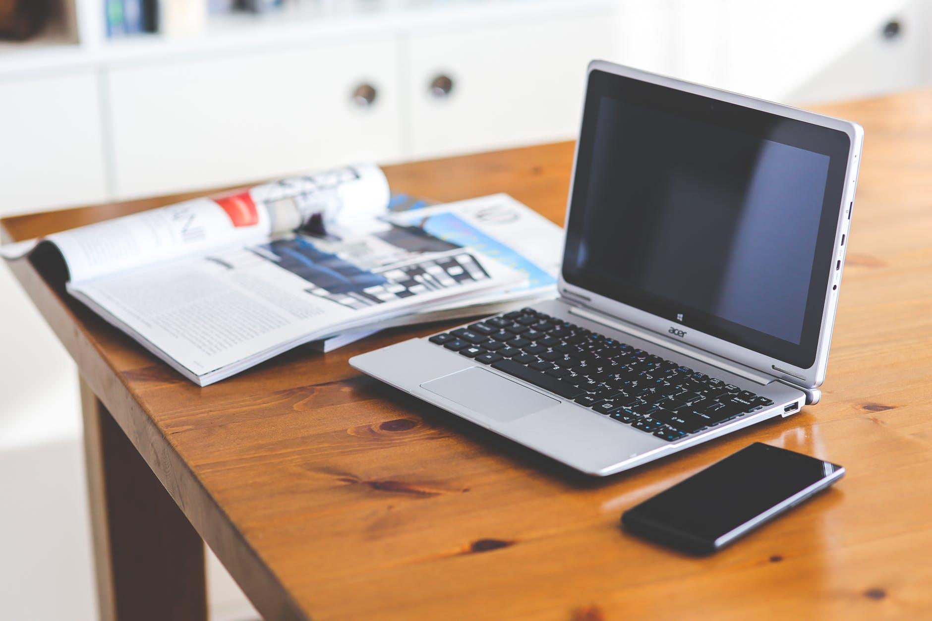 smartphone-desk-laptop-technology